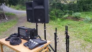 Hyr mixerförstärkare, högtalare och mikrofoner till uppträdandet.